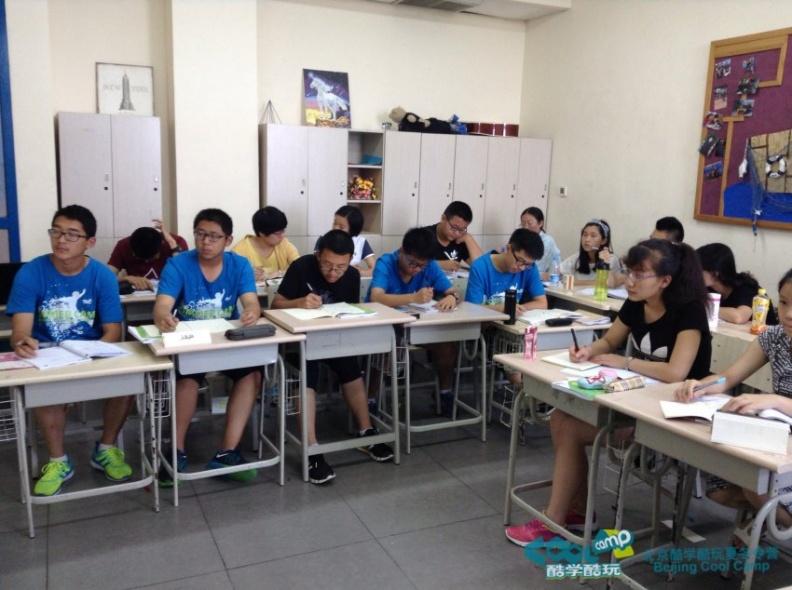 新东方夏令营学员上课认真听讲.jpg图片