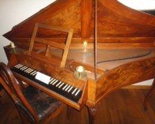古钢琴图片