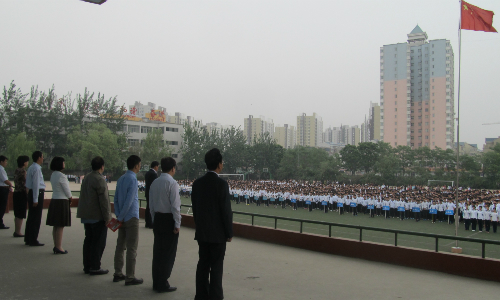 北京新东方老师参加保定一中升旗仪式