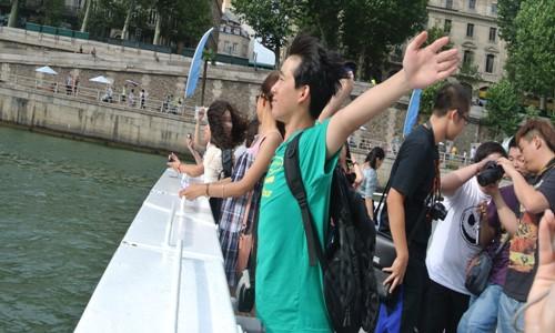 这是在法国巴黎塞纳河游船上抓拍的瞬间!我给这张图景起名高清图片