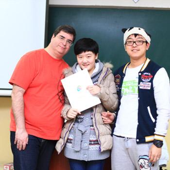 聂镜伊与中外教老师合影